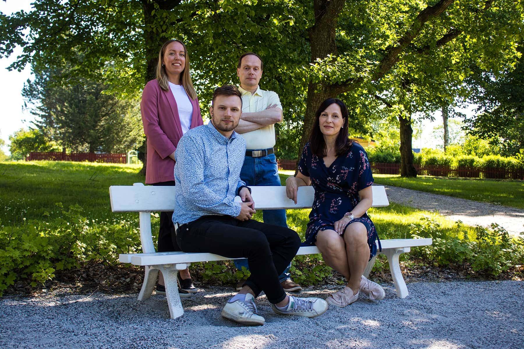 Kuvassa etualalla ovat Toni Saarinen ja Johanna Puumalainen. Takana Stina Seitsonen ja Mika Koskinen.